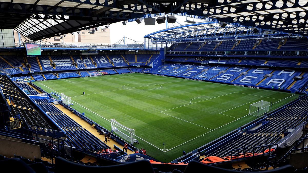 Stamford Bridge có sức chứa khoảng 42.055 chỗ ngồi và xếp thứ 8 trong danh sách sân vận động tốt nhất ngoại hạng Anh